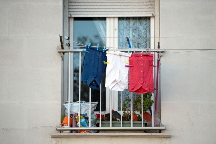 Des chemises bleue, blanche et rouge suspendues sur un fil à linge, le 27 novembre 2015, sur un balcon à Marseille (Bouches-du-Rhône). (BERTRAND LANGLOIS / AFP)