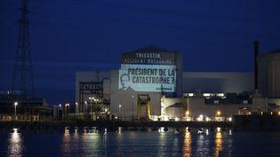 """La centrale nucléaire du Tricastin, dans la Drôme, où des militants de Greenpeace ont été arrêtés après avoir déployé des banderoles afin de dénoncer la """"fragilité"""" des installations nucléaires,lundi 15 juillet 2013. (GREENPEACE / FRANCETV INFO)"""