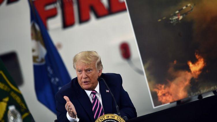 Donald Trump lors de sa prise de parole sur les feux en Californie, le 14 septembre 2020 à l'aéroport de Sacramento. (BRENDAN SMIALOWSKI / AFP)