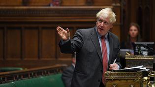 Le Premier ministre britannique Boris Johnson s'exprimant alors qu'il annonce aux députés les nouvelles restrictions concernant la pandémie de Covid-19, à la Chambre des Communes à Londres, le 22 septembre 2020. (JESSICA TAYLOR / UK PARLIAMENT / AFP)