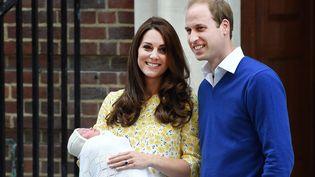 La duchesse Kate et le prince William présentent à la foule leur second enfant, le 2 mai 2015, devant l'hôpital St Mary de Londres (Royaume-Uni). (MAXPPP)