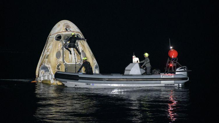 La capsule Crew Dragon de retour de l'ISS est repêchée après son amerrissage en Floride, le 2 mai 2021. (BILL INGALLS / NASA / AFP)