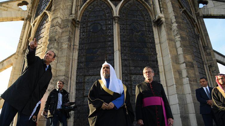 Le secrétaire général de la Ligue islamique mondiale Mohammed Al-Issa et le recteur de la cathédrale Notre-Dame de Paris Patrick Chauvet, lors d'une visite à la cathédrale à Paris, le 14 novembre 2017. (CHRISTOPHE ARCHAMBAULT / AFP)