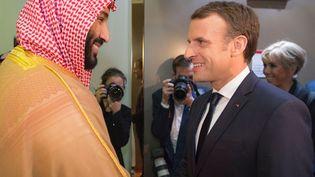 Le prince héritier, Mohammed Ben Salmane, salue Emmanuel Macron à son arrivée à Riyad (Arabie saoudite), jeudi 9 novembre 2017. (BANDAR ALGALOUD / SAUDI ROYAL CO / ANADOLU AGENCY)