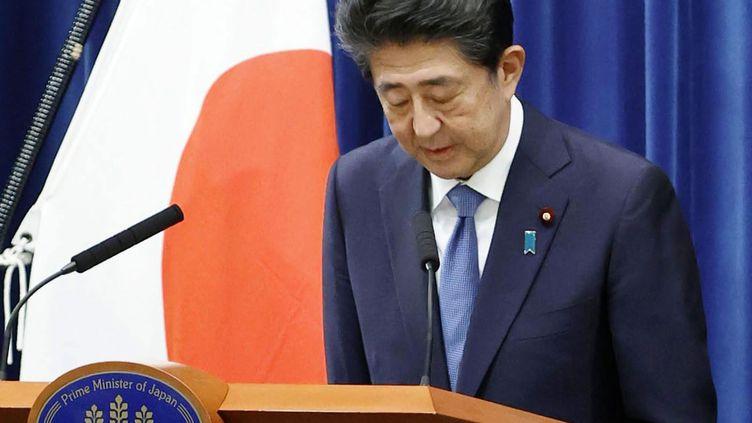 Le Premier ministre japonais Shinzo Abe s'incline après avoir annoncé son intention de démissionner lors d'une conférence de presse à Tokyo, le 28 août 2020. (MAXPPP)