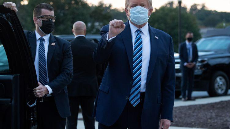 Donald Trump à sa sortie de l'hôpital le 5 octobre 2020. (SAUL LOEB / AFP)