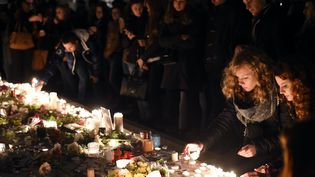 Des habitants rendent hommage auxvictimes des attentats de Paris, à Nancy (Meurthe-et-Moselle), le 16 novembre 2015. (MAXPPP)