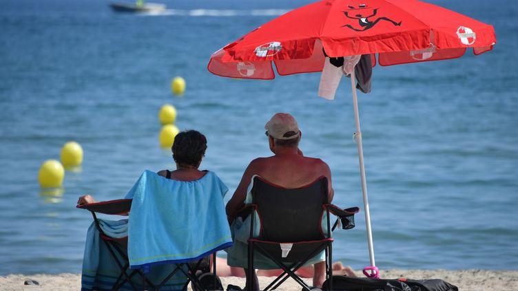 Un couple profite des températures estivales à Palavas-les-Flots (Hérault), le 13 juin 2017. (PASCAL GUYOT / AFP)