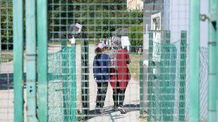 Des migrantsirakiensprès du village de Vamosszabadi (Hongrie), à proximité de la frontière hongro-slovaque, le 22 mai 2020. (ATTILA KISBENEDEK / AFP)