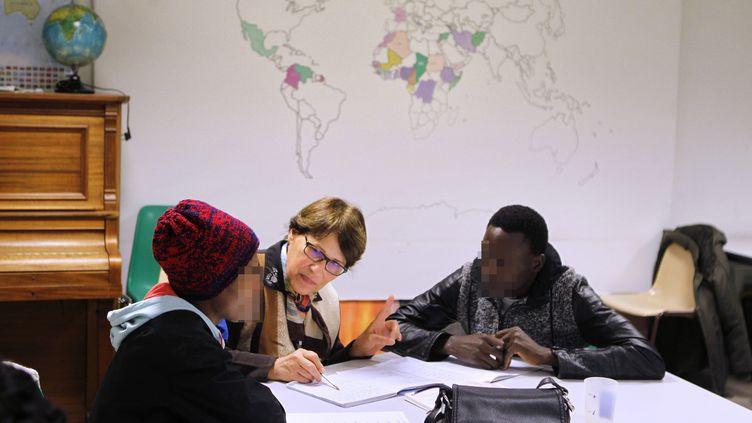 Des mineurs étrangers participent à un cours de français donné par des bénévoles dans les locaux de l'association Montpellier accueiljeunes isolés étrangers(MAJE), le 7 novembre 2019. Photo d'illustration. (GUILLAUME BONNEFONT / MAXPPP)