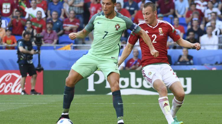 Cristiano Ronaldo et Adam Lang se sont livrés un duel somptueux (PHILIPPE DESMAZES / AFP)