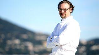 """Le chef Arnaud Donckele, élu chef de l'année par le Gault et Millau, à proximité de son restaurant """"La Vague"""" à Saint-Tropez (Var), le 12 avril 2013. (JEAN CHRISTOPHE MAGNENET / AFP)"""