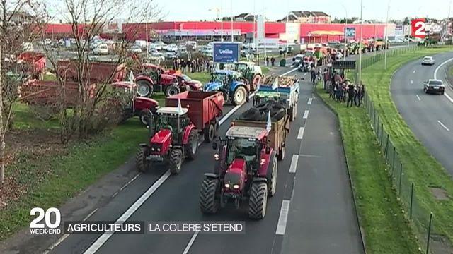 Deuxième semaine de blocages des agriculteurs en colère