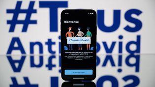L'écran d'accueil de l'application TousAntiCovid,déployée depuis le mois d'octobre 2020. (LIONEL BONAVENTURE / AFP)