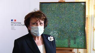 Roselyne Bachelot, le 15 mars 2021 à Paris,devant un tableaude Gustav Klimtque laFrance va restituer à une famille juive. (ALAIN JOCARD / AFP)