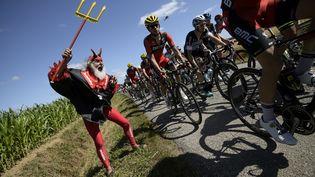 """Il est de tous les tours de France depuis 1993. Le supporter allemandDiter """"Didi""""Senft, surnommé """"El Diablo, s'est une nouvelle fois fait remarquer sur le bord de la route, le 11 juillet 2015, lors de la 8e étape du Tour, entreRennes et Mûr-de-Bretagne. (LIONEL BONAVENTURE / AFP)"""