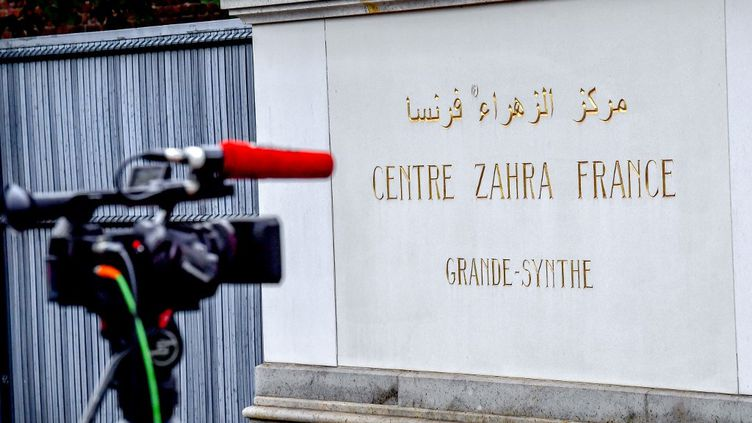 Une photo prise le 2 octobre 2018 d'une caméra à l'entrée du Centre Zahra France après une opération de police. (PHILIPPE HUGUEN / AFP)