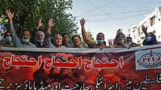 Des représentants des médias tiennent des banderoles et crient des slogans alors qu'ils participent à une manifestation de soutien à la Palestine à Quetta, le 18 mai 2021. (BANARAS KHAN / AFP)
