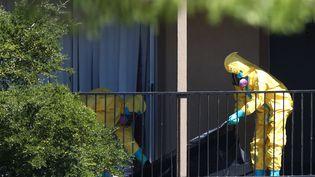 Décontamination de l'appartement du patient américain touché par Ebola à Dallas, au Texas (Etats-Unis), le 3 octobre 2014. (JOE RAEDLE / GETTY IMAGES NORTH AMERICA / AFP)