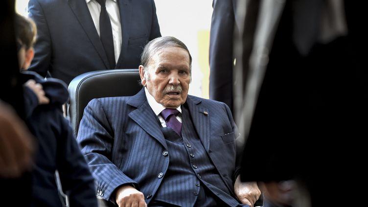 Le président algérien Abdelaziz Bouteflika, le 23 novembre 2017, lors d'un scrutin pour des élections locales. (RYAD KRAMDI / AFP)