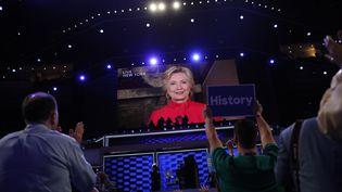 Hillary Clinton intervient en duplex après son investiture à la convention démocrate de Philadelphie (Etats-Unis), le 26 juillet 2016. (MARK KAUZLARICH / REUTERS)
