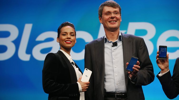 Le patron de BlackBerry et la chanteuseAlicia Keys(nommée directrice de la création), le 30 janvier 2013, à New York. (MARIO TAMA / GETTY IMAGES NORTH AMERICA / AFP)