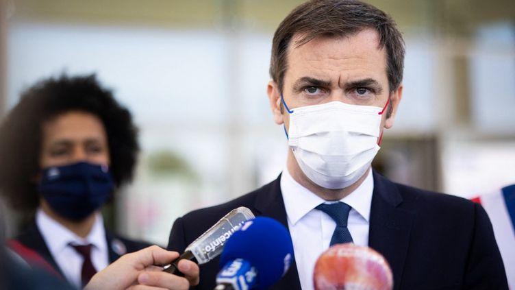 Le ministre de la Santé, Olivier Véran, lors d'une conférence de presse dans un centre de vaccination de Sainte-Geneviève-des-Bois (Essonne), le 24 avril 2021. (RAPHAEL LAFARGUE / AFP)