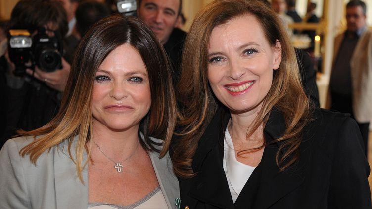 Charlotte Valandrey pose à côté deValérie Trierweiler après avoir été nommée chevalier des Arts et des lettres,le 10 avril 2013 à Paris. (PIERRE ANDRIEU / AFP)