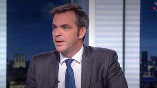 """Le ministre de la Santé, Olivier Véran, sur le plateau du """"20 heures"""" de France 2. (FRANCE 2)"""