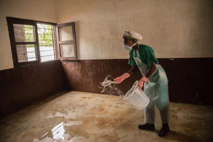 Désinfection dans un centre de soins de Médecins sans Frontières (MSF) dans la région de Lobaya, au sud-ouest de la Centrafrique, le 18 octobre 2018 (CHARLES BOUESSEL / AFP)