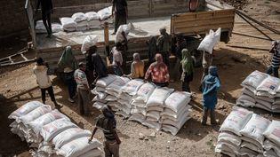 Un camion est chargé à Mekele, la capitale du Tigré, pour livrer des sacs de farine à des personnes déplacées qui ont fuit les violences. (YASUYOSHI CHIBA / AFP)