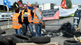 Des salariés de Whirlpool tiennent un piquet de grève, le 24 avril 2017, à Amiens (Somme). (FRANCOIS LO PRESTI / AFP)