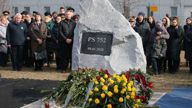 """Des personnes rendent hommage le 17 février 2020 à Kiev (Ukraine) aux victimes du crash d'un Boeing 737 abattu """"par erreur"""" par l'Iran le 8 janvier 2020 à Téhéran (Iran). (SPUTNIK / AFP)"""