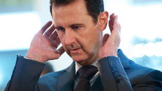 Le président syrien Bachar Al-Assad prie à Damas, le 17 juillet 2015. (SYRIAN PRESIDENCY FACEBOOK PAGE)