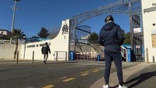 Un supporter de l'OM devant le centre d'entraînement du club, dimanche 31 janvier 2021, à Marseille. (NICOLAS TUCAT / AFP)