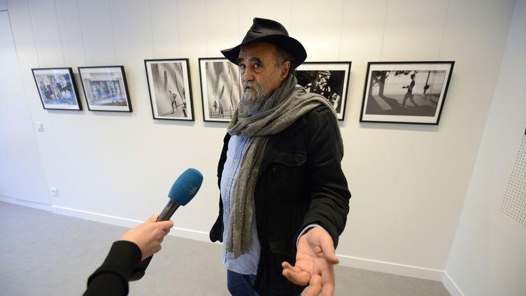 Le photographe Abbas à Paris, le 28 novembre 2013. (ERIC FEFERBERG / AFP)