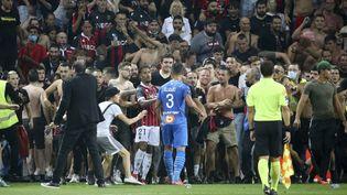 La fin de match entre Nice et Marseille avait dû être interrompu pour des débordements suite à l'entrée de supporters niçois sur la pelouse de l'Allianz Riviera, dimanche 22 août 2021. (JEAN CATUFFE / AUGENKLICK / DPPI / AFP)