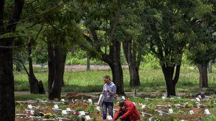 Des personnes se recueillent dans un cimetière à Sao Paulo au Brésil, le 2 novembre 2020. (NELSON ALMEIDA / AFP)