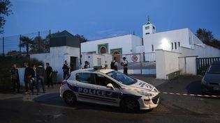 Des policiers devant la mosquée de Bayonne (Pyrénées-Atlantiques) le soir de l'attaque qui l'a visée, le 28 octobre 2019. (GAIZKA IROZ / AFP)