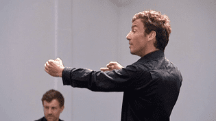 """Cédric Michel en pleine répétition d'""""Othello, variations pour trois acteurs"""".  (France 3)"""
