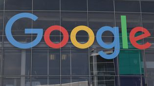 Le logo de Google sur la façade de son siège, à Mountain View (Californie, Etats-Unis), le 8 mars 2016. (CHRISTOPH DERNBACH / DPA / AFP)