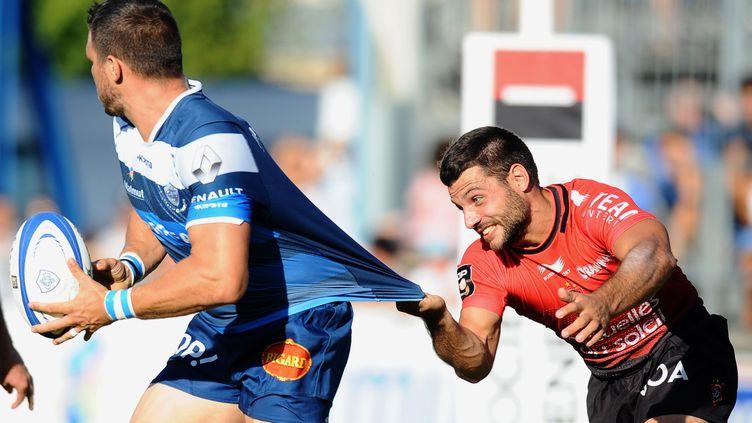 Le Toulonnais Pélissé s'accroche au maillot du Castrais (REMY GABALDA / AFP)