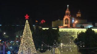 À Bethléem en Cisjordanie, les fidèles attendent la messe de célébration de la naissance de Jésus. (FRANCE 2)