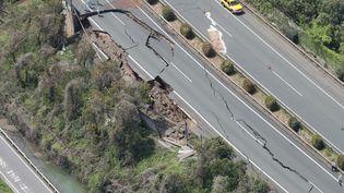 Beaucoup d'axes de circulation sont impraticables. Comme cette autoroute dont un tronçon s'est écroulé. Environ1000 personnes sont coupées du monde, selon les autorités japonaises. (JIJI PRESS / AFP)