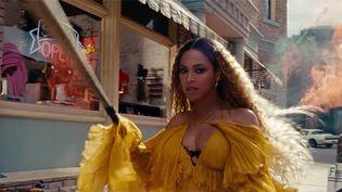 """Beyoncé armée d'une batte de Baseball dans le clip rageur de """"Hold Up"""".  (Saisie écran)"""