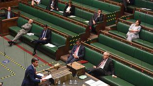 Le députés travaillistes Ed Milliband s'adresse au Premier ministre britannique, le Conservateur Boris Johnson, lors d'un débat à la chambre des Communes, le 14 septembre 2020. (REUTERS)