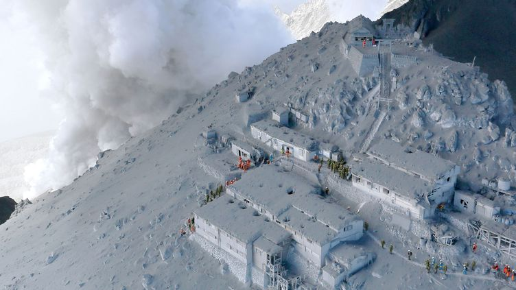 Les soldats et pompiers japonais mènent des opérations de sauvetage sur les flancs du mont Ontake couvert de cendres volcaniques, le 28 septembre 2014. (KYODO KYODO / REUTERS)