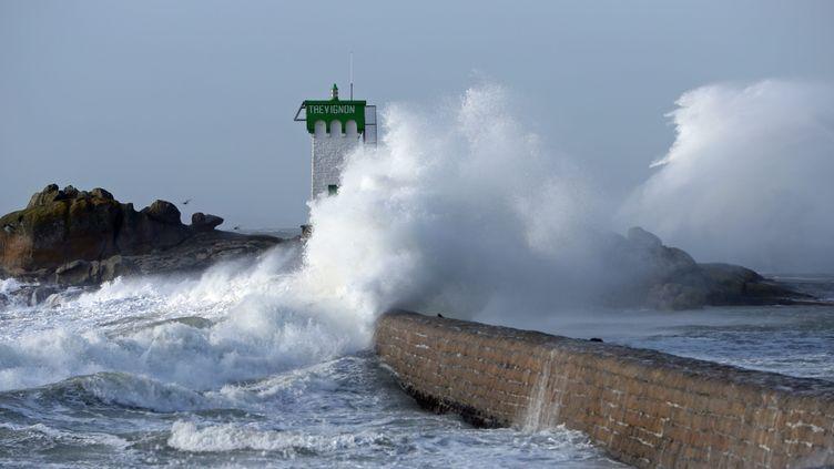 Une vague explose à la pointe de Trévignon, dans le Finistère, le 8 février 2016. (MAXPPP)