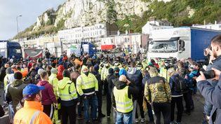 Des chauffeurs de poids-lourds attendent de pouvoir traverser la Manche, à Douvres (Royaume-Uni), le 23 décembre 2020. (ALAN LANGLEY / ANADOLU AGENCY / AFP)