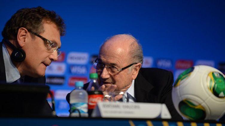 Jérôme Valcke (secrétaire général de la Fifa) et Joseph Blatter (président de la Fifa) en pleine discussion (VANDERLEI ALMEIDA / AFP)